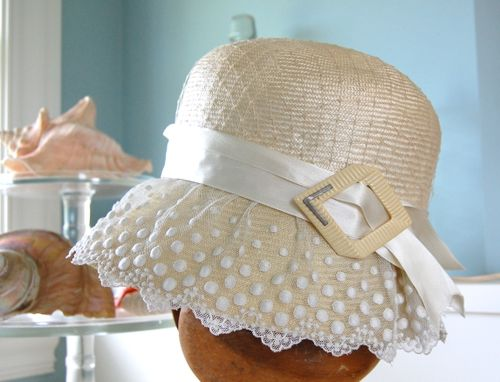Cream & White pari-sisol Cloche